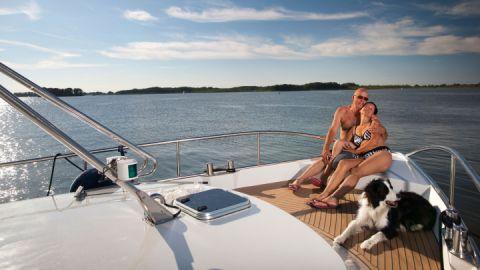 Ehepaar mit Hund - Müritz Yacht Management